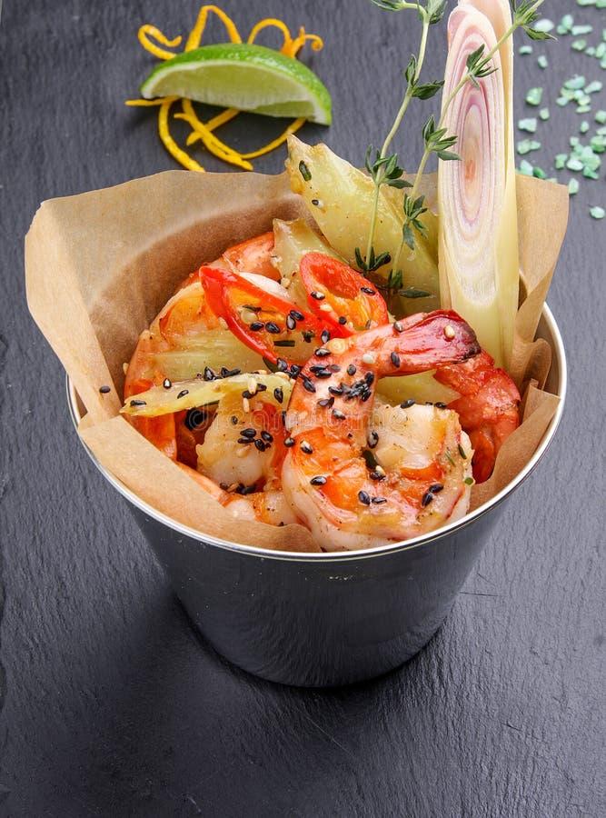 一个桶油煎在香料虾 免版税库存图片