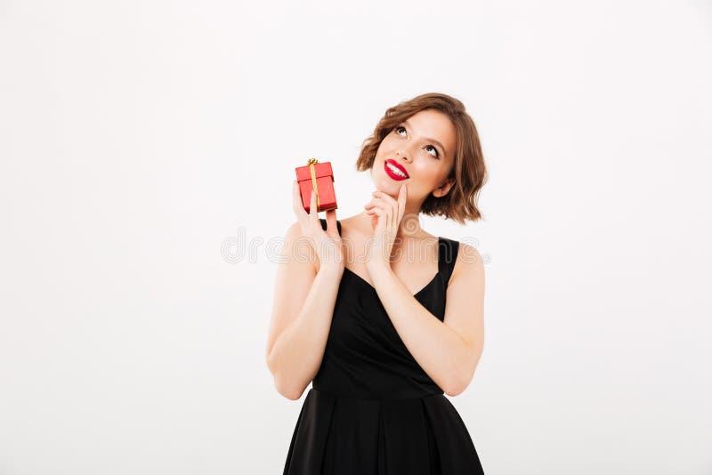 一个梦想的女孩的画象在黑礼服穿戴了 免版税库存图片