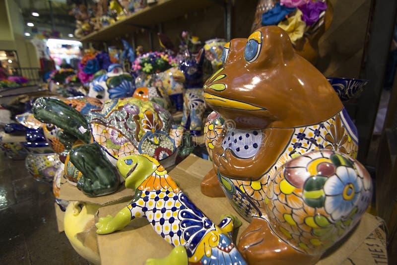 一个棕色瓷青蛙雕象在商店 库存照片