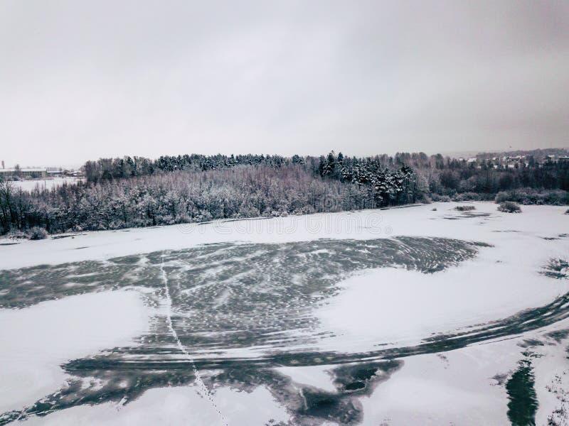 一个森林和冻湖的航拍在冬天 免版税库存图片