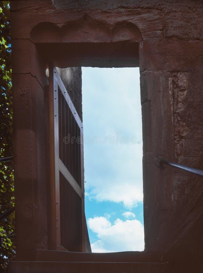 一个楼梯和一个门对天堂在巴塞尔,瑞士 库存图片