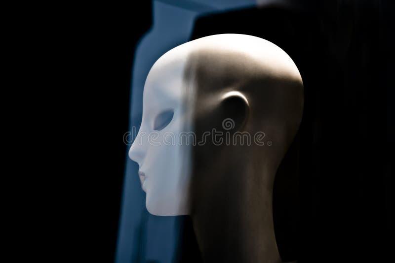 一个模糊的时装模特玩偶大胆的头,在profi的女性机器人面孔 免版税图库摄影