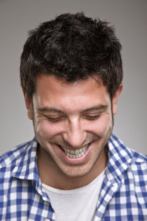 一个正常年轻人的画象灰色背景的 免版税库存图片