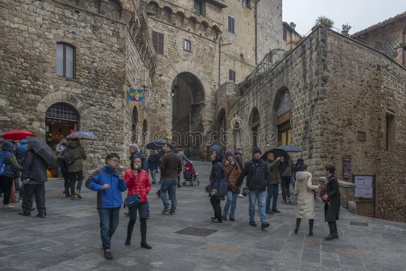 一个正方形在圣吉米尼亚诺市中心,意大利 免版税库存照片