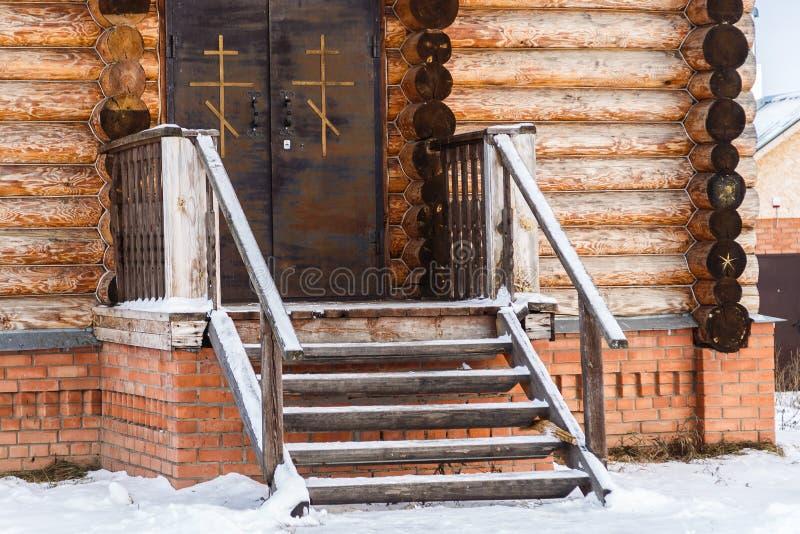 一个正统木教会的门廊 免版税图库摄影