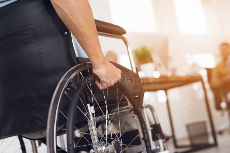 一个残疾人在轮椅坐 图库摄影