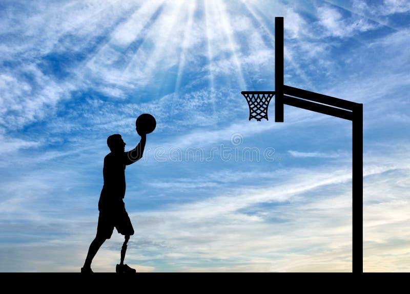 一个残疾人的剪影有腿假肢的意欲投掷球入篮子 免版税图库摄影