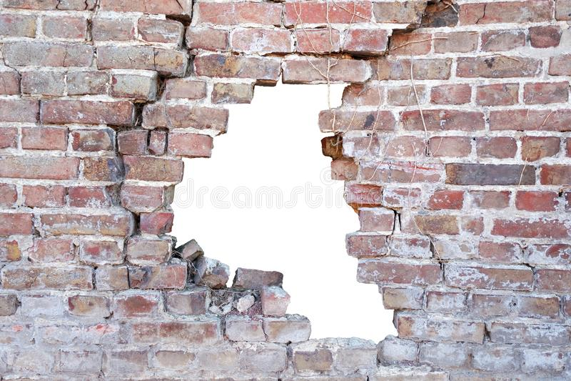 一个残破的多孔老砖墙的照片有孔的在事故以后 库存图片