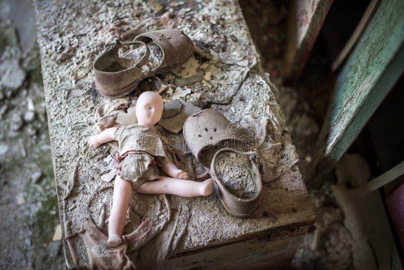 一个残破的玩偶在一个被放弃的幼儿园在Pripyat,切尔诺贝利禁区 被放弃的城市,鬼城 核的Chornobyl 库存照片