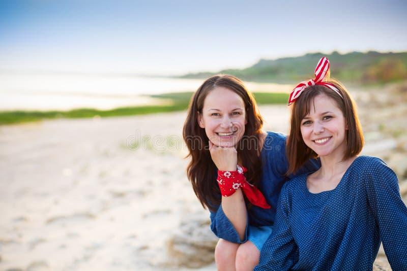 一个母亲和她青少年的女儿的画象海滩的 库存图片
