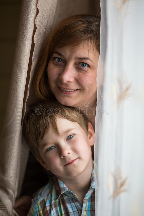 一个母亲的特写镜头画象有一个年轻儿子的 愉快 库存图片