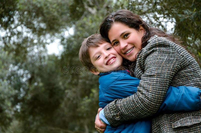 一个母亲的画象有她的儿子少年的 柔软,爱 免版税图库摄影
