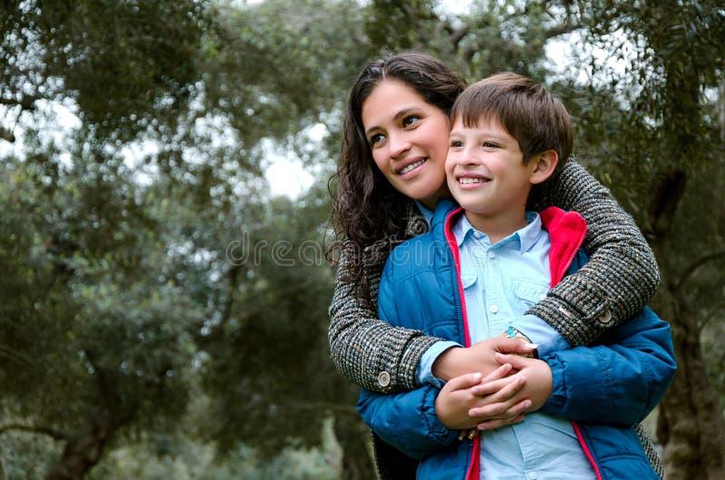 一个母亲的画象有她的儿子少年的 柔软,爱 库存照片