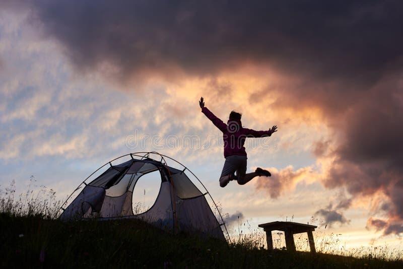 一个母露营车的剪影山的在日落 库存图片