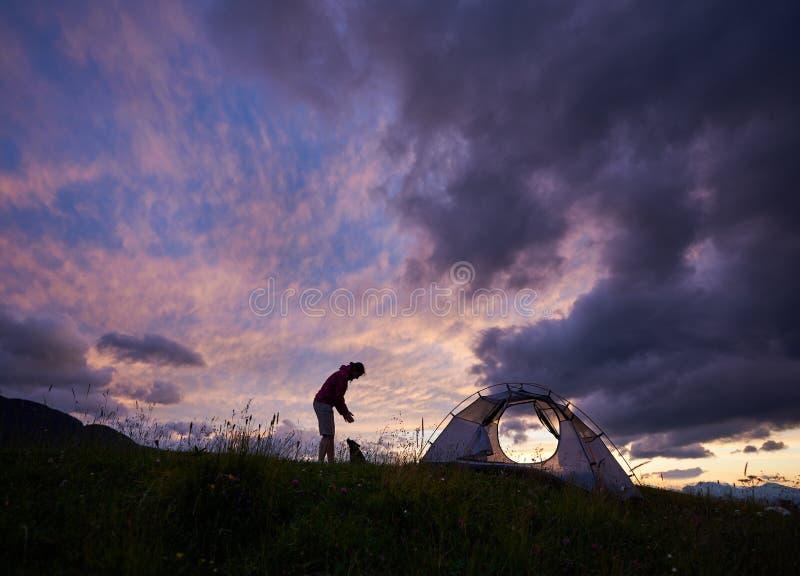 一个母露营车的剪影山的在日落 库存照片
