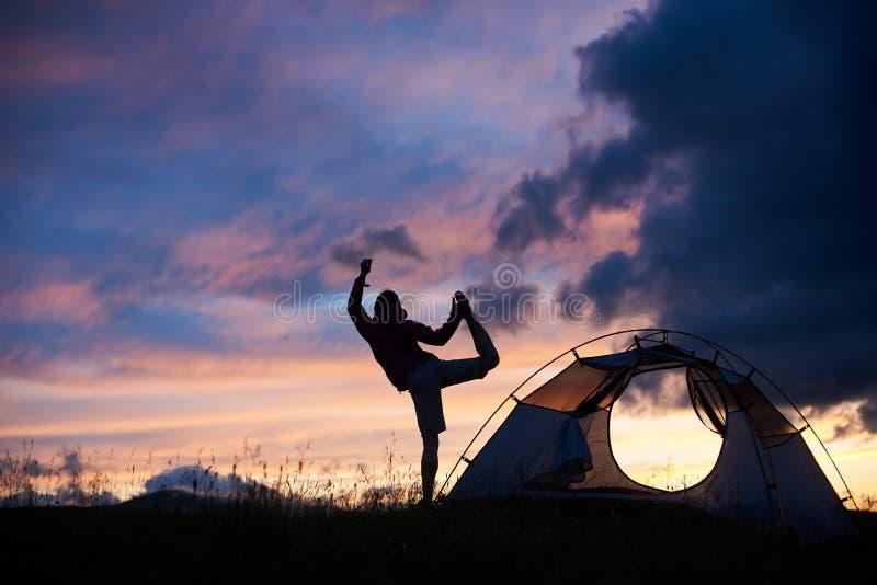 一个母露营车的剪影山的在日落 免版税库存照片