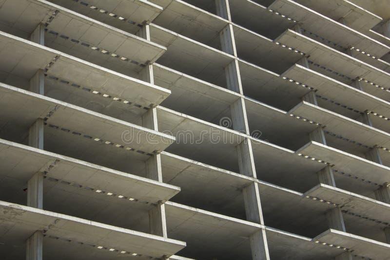 一个水泥高层未完成的大厦的灰色门面 相交的线路 免版税图库摄影