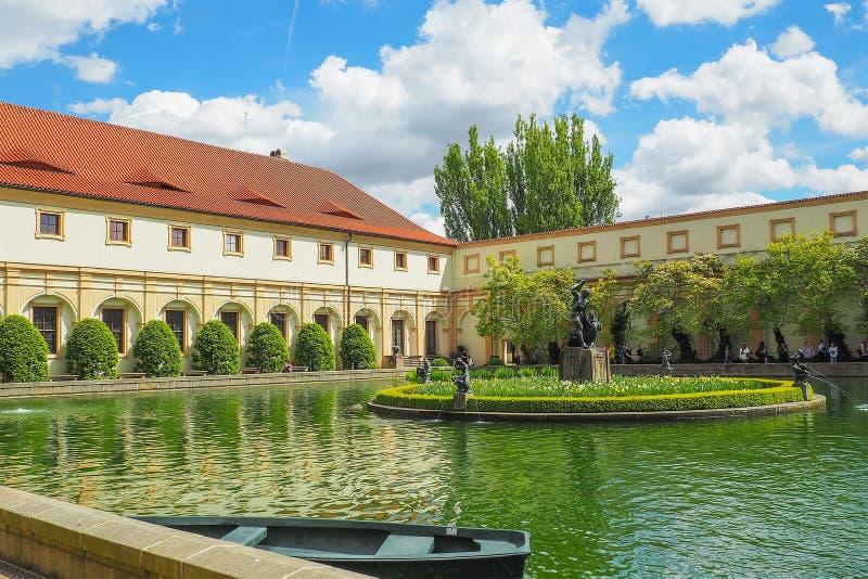 一个池塘在Wallenstein庭院里在有一个大理石喷泉的布拉格有赫拉克勒斯和女游泳家雕象的  免版税库存照片