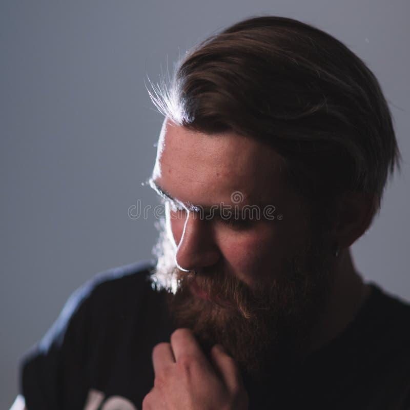 ?? 一个沉思的有胡子的人的画象 免版税库存照片
