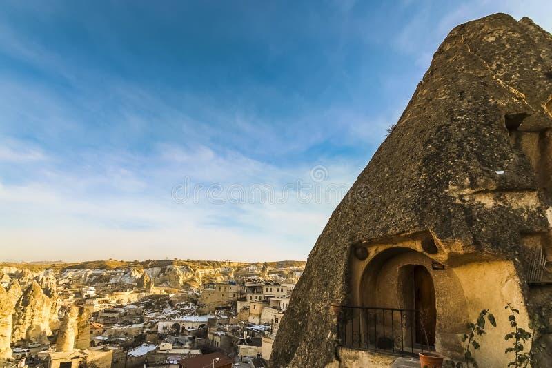 一个洞的阳台在一个神仙的烟囱里面的在卡帕多细亚 库存图片