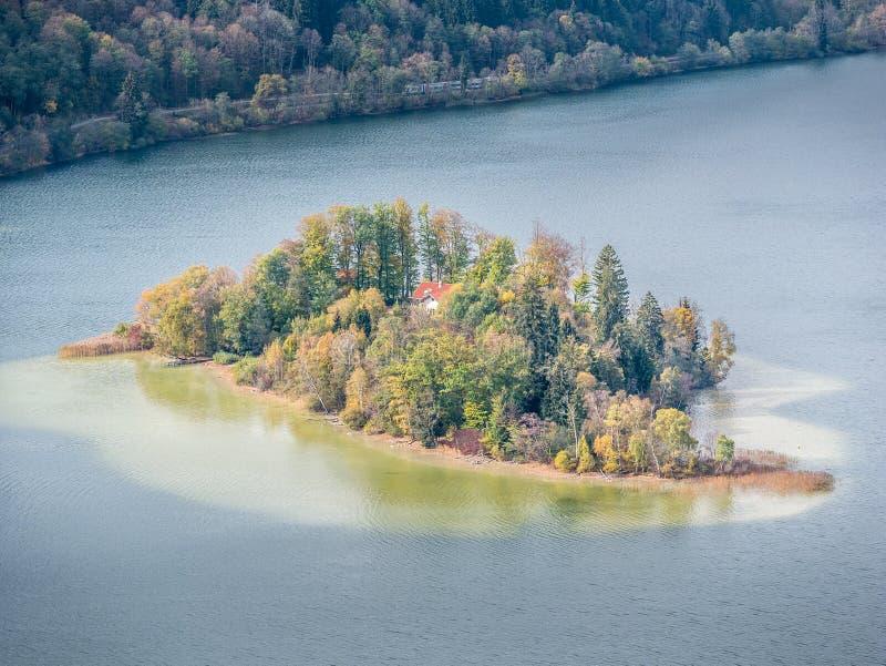 一个海岛的图象在Schliersee湖在秋天 免版税库存照片