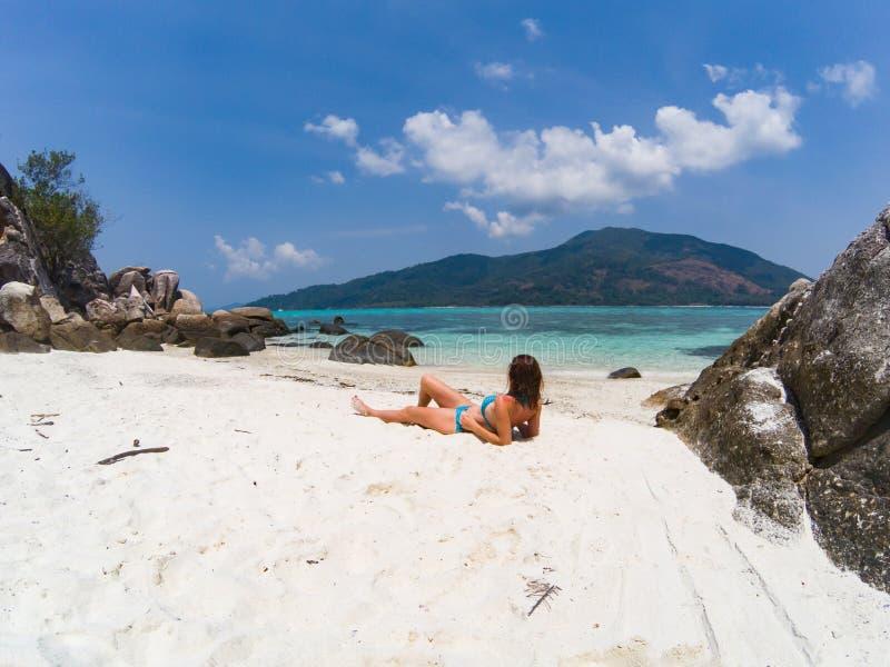 一个海滩的妇女在安达曼海,酸值Lipe -独奏旅行 库存图片