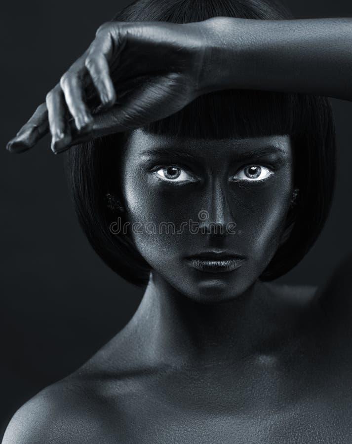 一个深色皮肤的美丽的女孩的画象 库存图片