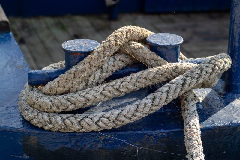 一个渔船的停泊绳索在一个捕鱼港口的 ves索具  免版税库存照片