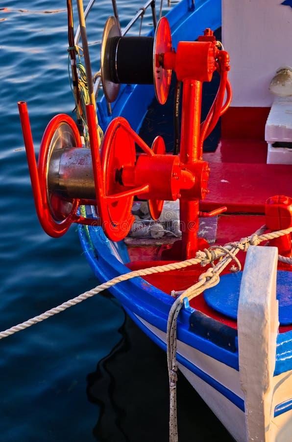 一个渔船的细节有红色五颜六色的机械的 库存照片