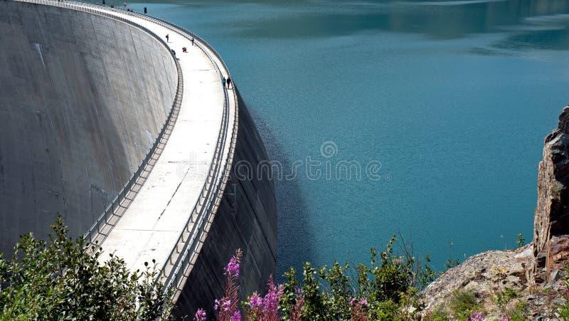 一个湖和水坝的一幅全景在瑞士的高高山峰顶 免版税图库摄影