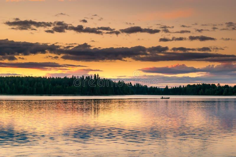 一个湖在白夜期间的芬兰 免版税库存图片