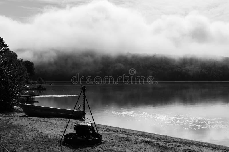 一个湖的有薄雾的看法在魁北克国家 免版税库存照片