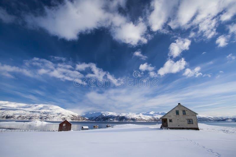 一个湖的渔夫房子在挪威拉普兰 库存照片