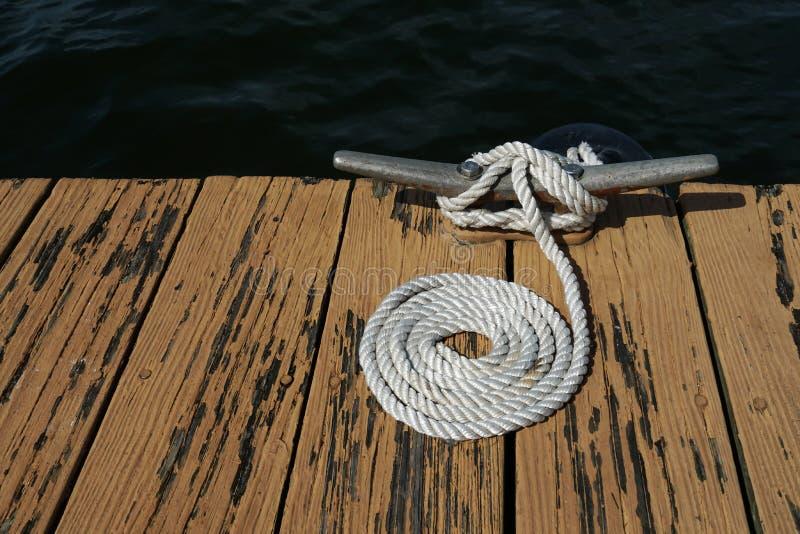 一个湖的船坞有船坞线的 库存照片