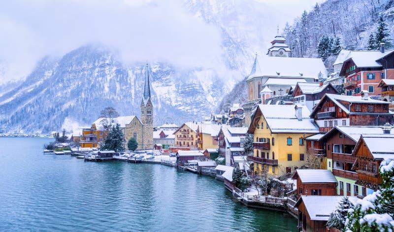 一个湖的阿尔卑斯山的,奥地利Hallstatt镇,在冬天 免版税库存照片