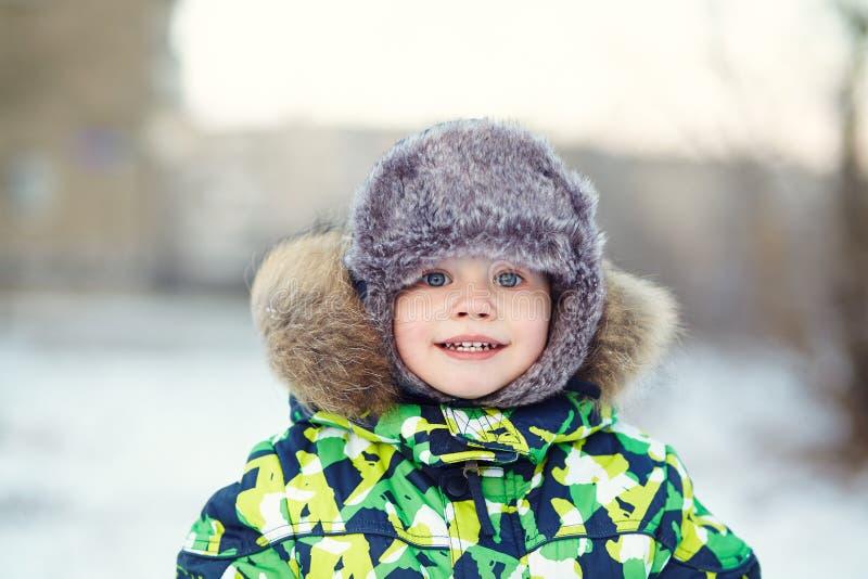 一个滑稽的小男孩的画象在冬天 库存照片