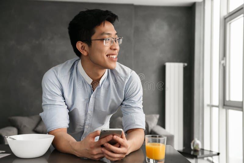 一个满意的年轻亚裔人的画象 免版税图库摄影