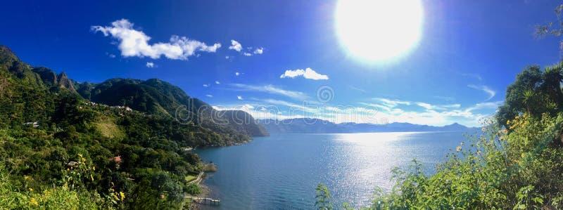 一个火山口湖火山的山景在圣地亚哥Atitlan -墨西哥 免版税图库摄影