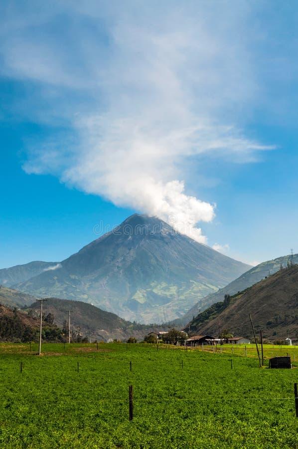 一个火山通古拉瓦火山的爆发在厄瓜多尔 免版税库存图片