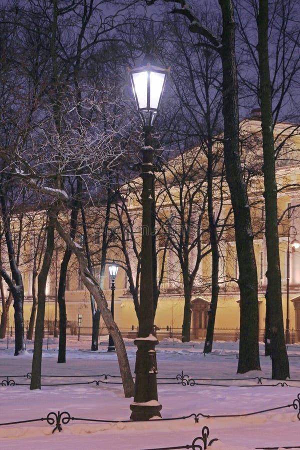 一个灯笼在飞雪期间的公园 免版税图库摄影