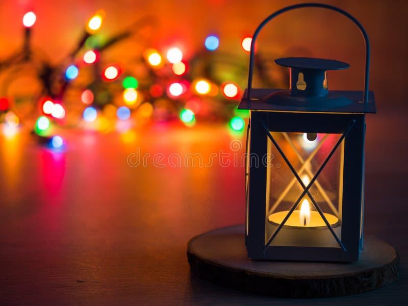 一个灯笼的细节有茶蜡烛和圣诞灯的在背景中 库存照片