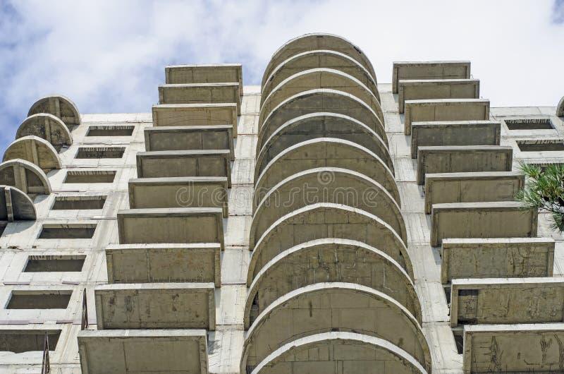 一个灰色大厦建设中与半圆阳台.图片