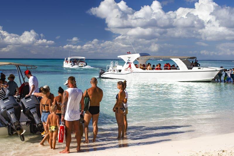 一个热带海岛的客船的上的游人 库存图片