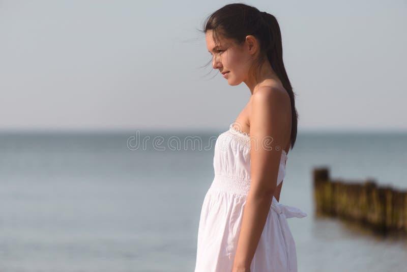 一个热带海滩的冥想的美丽的妇女 库存照片