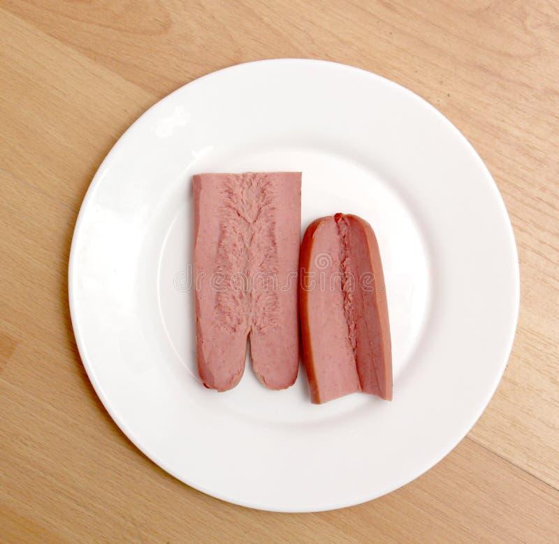 一个热狗香肠的图片在白色板材的 库存照片