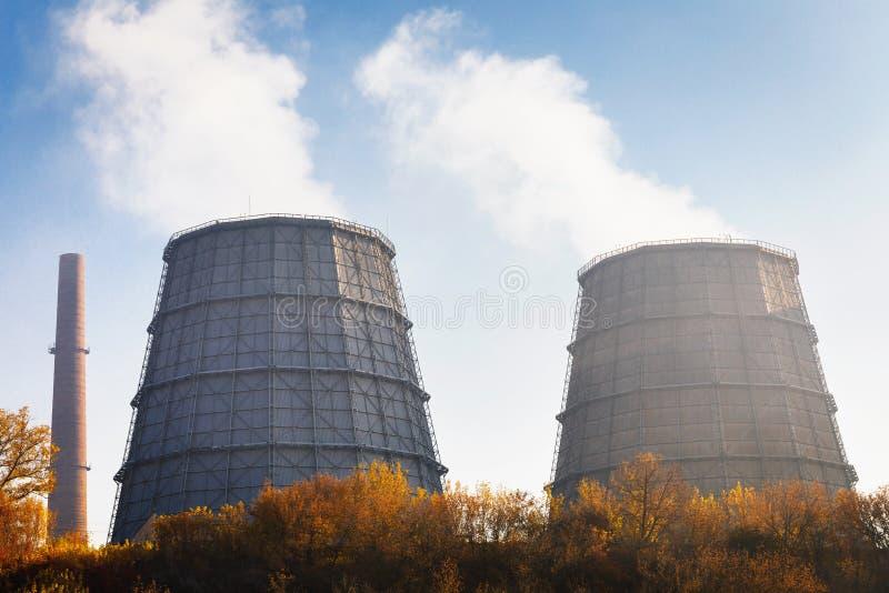 一个热电厂的管子有蒸汽的反对 库存照片