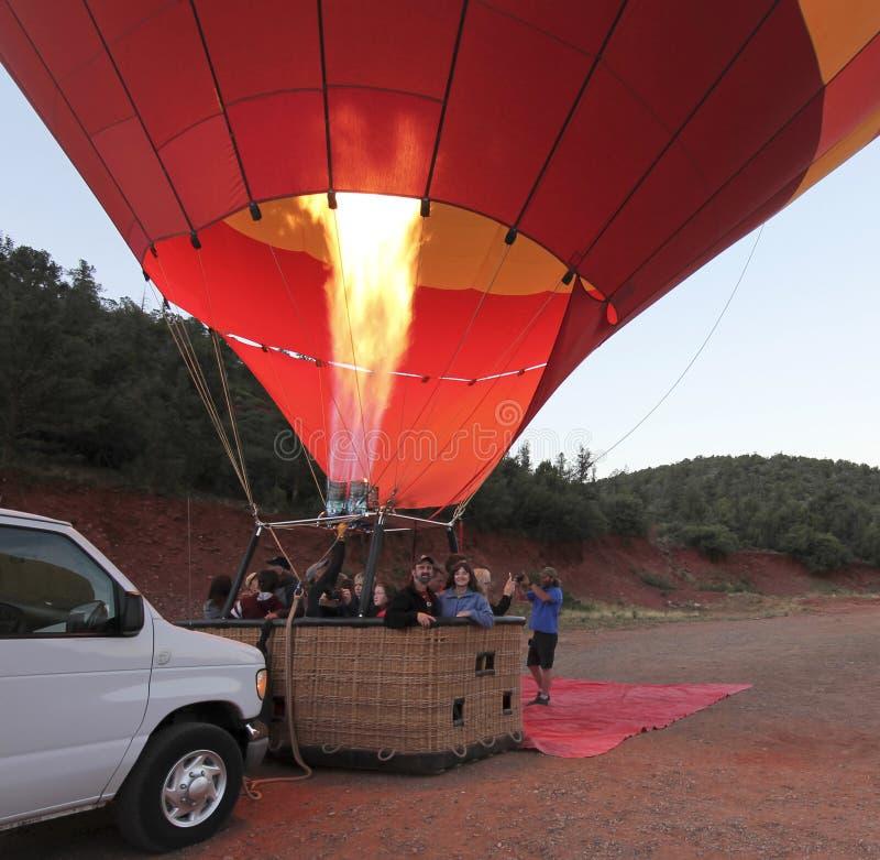 一个热空气气球为离地升空做准备在Sedona,亚利桑那附近 图库摄影