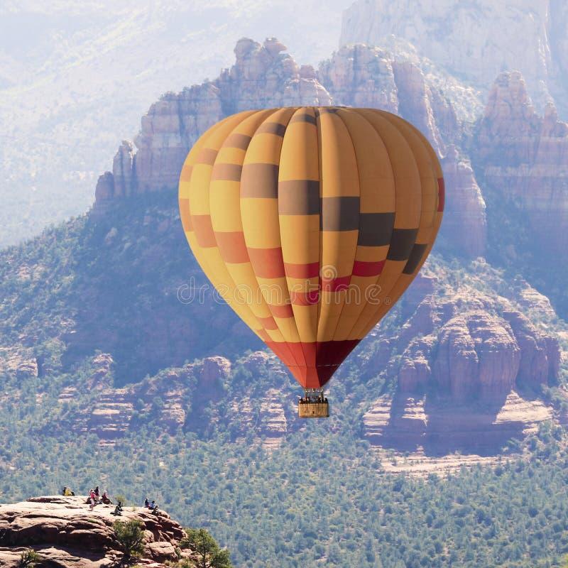 一个热空气气球在Sedona,亚利桑那附近上涨 库存照片