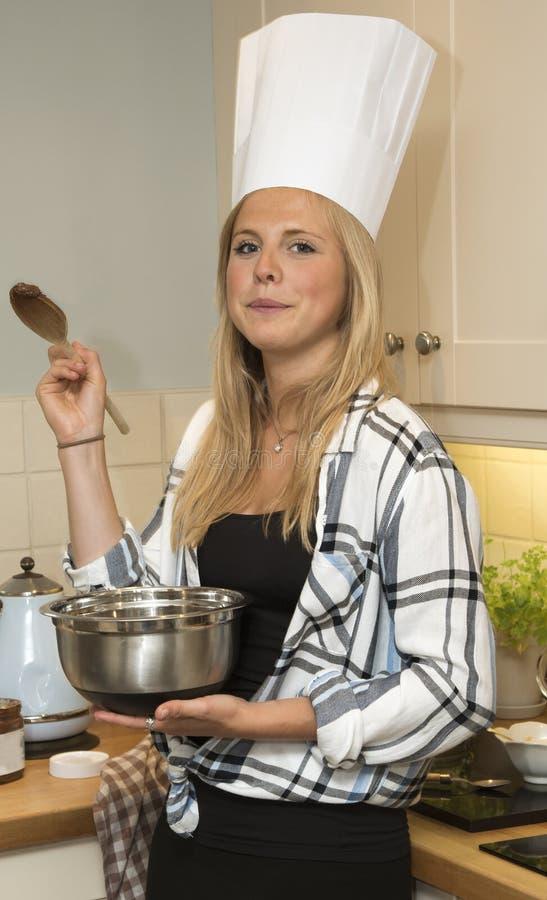 从一个烹调碗的少妇品尝 库存图片