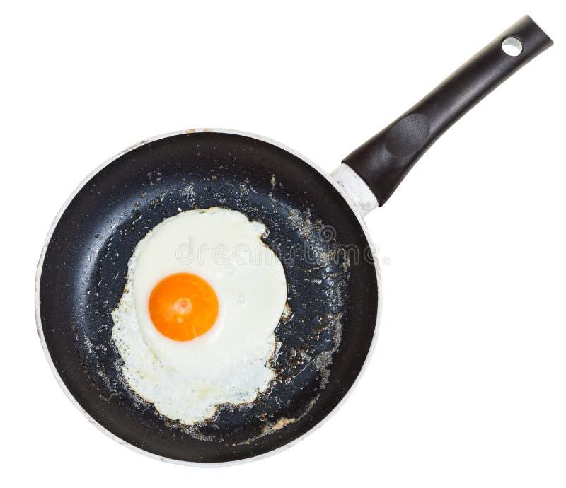 一个煎蛋顶视图在被隔绝的黑炸锅的 免版税库存照片